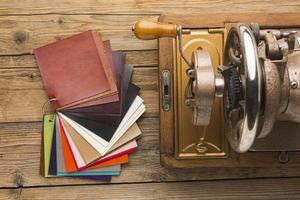 ovanifrån av en vintage symaskin med tyg foto