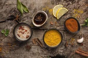 skålar med kryddor