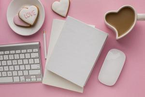 anteckningsblock mock-up med alla hjärtans dag objekt foto