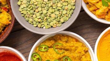 skålar med traditionell mat