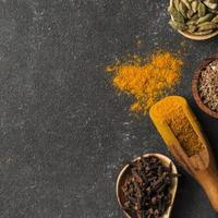 ovanifrån av kryddor med kopieringsutrymme foto