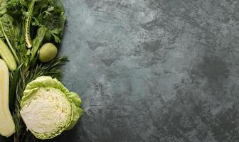 gröna grönsaker på betong foto