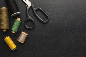 sax och tråd på en svart bakgrund foto