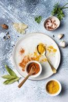 ovanifrån av kryddor på en tallrik
