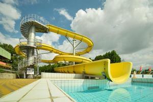 bild av gul vattenrutschbana