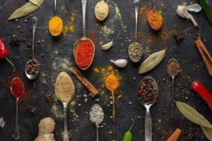 sortiment av kryddor på en svart bakgrund foto