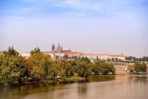 utsikt över slottet i Prag, st. vitus katedral och vltava floden foto