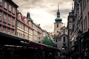 Prag, Tjeckien 2017 - Havelska gatumarknad och kyrkan St. gallen på bakgrunden foto