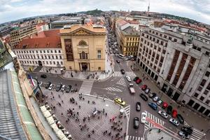 Prag, Tjeckien 2018 - upphöjd utsikt över k-formen korsningen på republikens torg