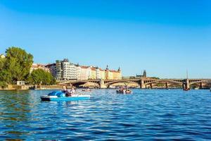 Prag, Tjeckien 2018 - turister på trampbåt vid floden vltava.