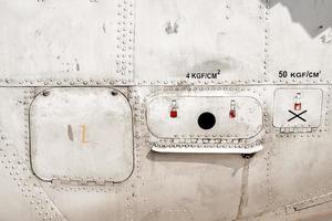 gammal metallyta på flygplanets kropp