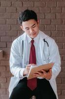 läkare som antecknar