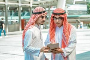 två män som tittar på en tablett