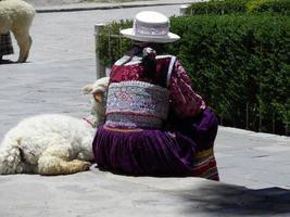 peru 2015-- kvinna i traditionella kläder i avlägsna peru