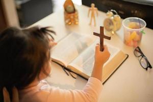 liten flicka i kyrkan foto