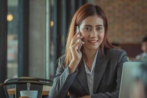 affärskvinna som arbetar på ett kafé foto
