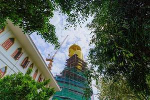 stor gyllene buddha i wat paknam i bangkok, thailand