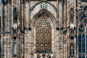 Prag, Tjeckien 2016 - Fönster av den gyllene porten i Vitus-katedralen foto