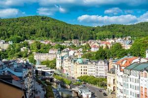 Tjeckien 2016 - Panoramautsikt över Karlovy varierar stad med turister foto
