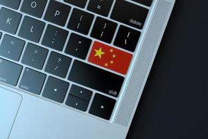 2018-- illustrativ ledare för kinesisk flagga över datorns tangentbord foto