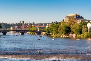 Prag, Tjeckien 2017 - Nationalteatern, Legii Bridge och vltava River med turister i vattnet