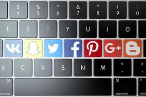 2018-- illustrativ ledare för olika sociala nätverk och tjänsterikoner över datorns tangentbord foto