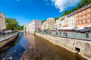 historiska stadskärnan med floden i kurorten Karlovy varierar. Tjeckien. 26 maj 2017 foto