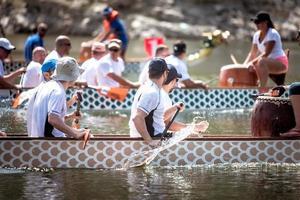 2018 - människor tävlar på drakbåtfestivalen foto
