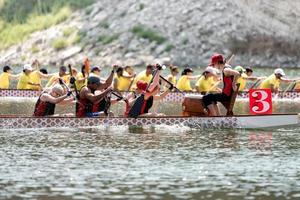 2018 - drakbåtbesättningar tävlar på mästerskapen foto