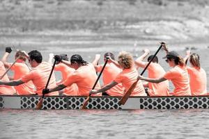 2018-- racers deltar i ett drakbåtlopp foto