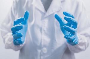 läkare som bär latexhandskar, närbild