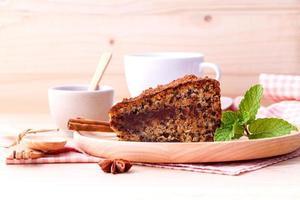 tårta och kaffe på ett bord foto