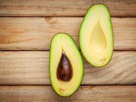 halverad avokado ovanifrån foto