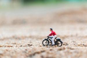 miniatyrresenär som cyklar och utforskar världskonceptet