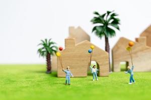 miniatyr familj gå i ett fält med ballonger, lycklig familj tid koncept