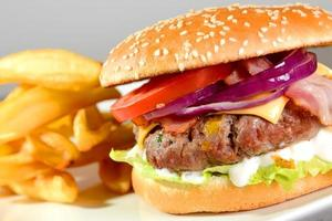 hamburgare med pommes frites foto