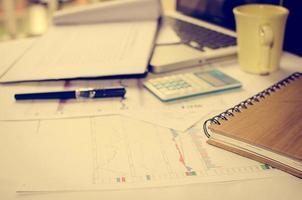 upptagen skrivbord med dokument foto