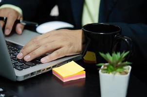 händerna på ett bärbart tangentbord foto
