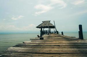 träpaviljong på havet foto
