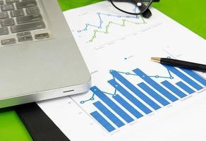 ekonomiska dokument på ett skrivbord