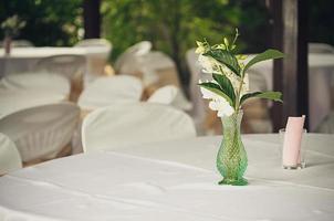 blommor på ett bord