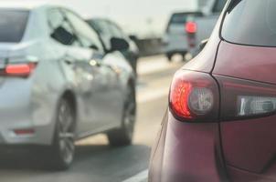 närbild av bilar i en trafikstockning foto