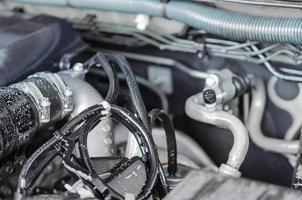 närbild av bilmotordelar