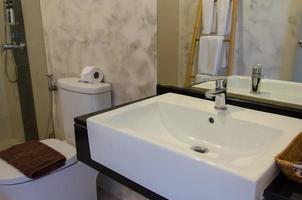 modernt handfat i badrummet