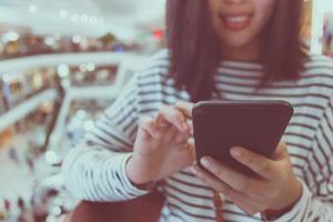 kvinna med smartphone foto