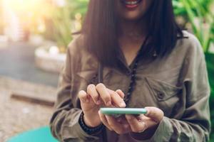 kvinnan använder en smartphone för att göra affärer och sociala nätverk foto
