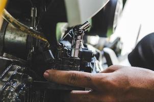 närbild av en motorcykelreparation foto