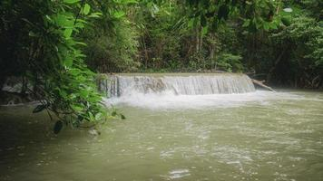 vattenfall i regntiden av Thailand foto