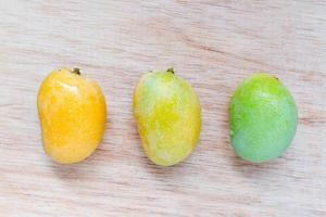 närbild av vilda mango på en trä bakgrund
