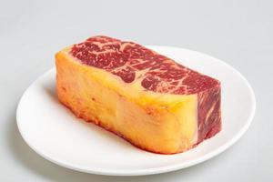 nötköttskiva på en vit platta